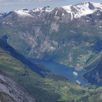 Traumhafte Kulisse über ein Fjord Norwegens