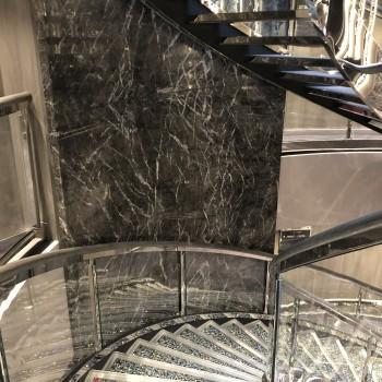 Elegant die Treppe hinunterschreiten