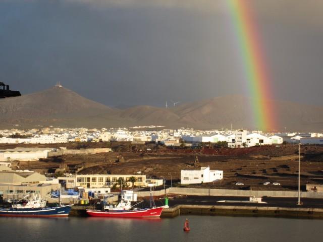 Regenbogen über der Vulkaninsel