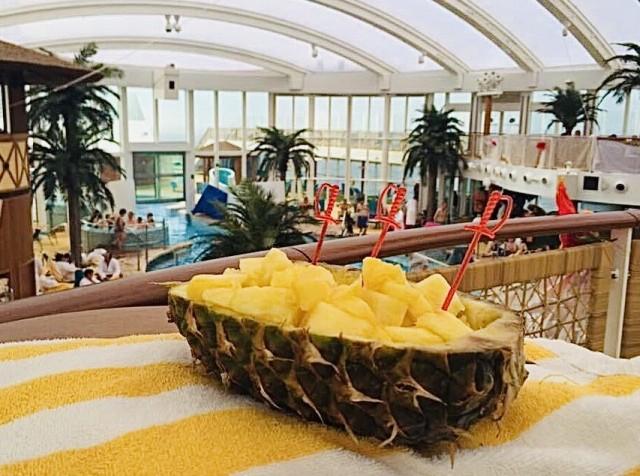 Frische Ananas im Beachclub