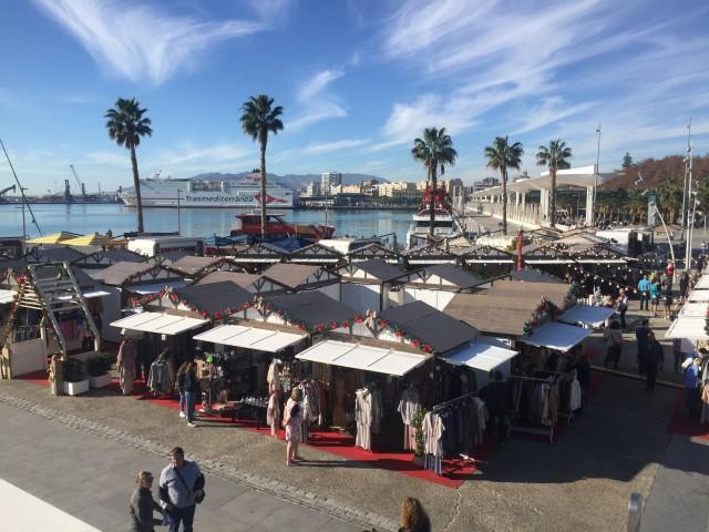 Weihnachtsmarkt unterm Palmen
