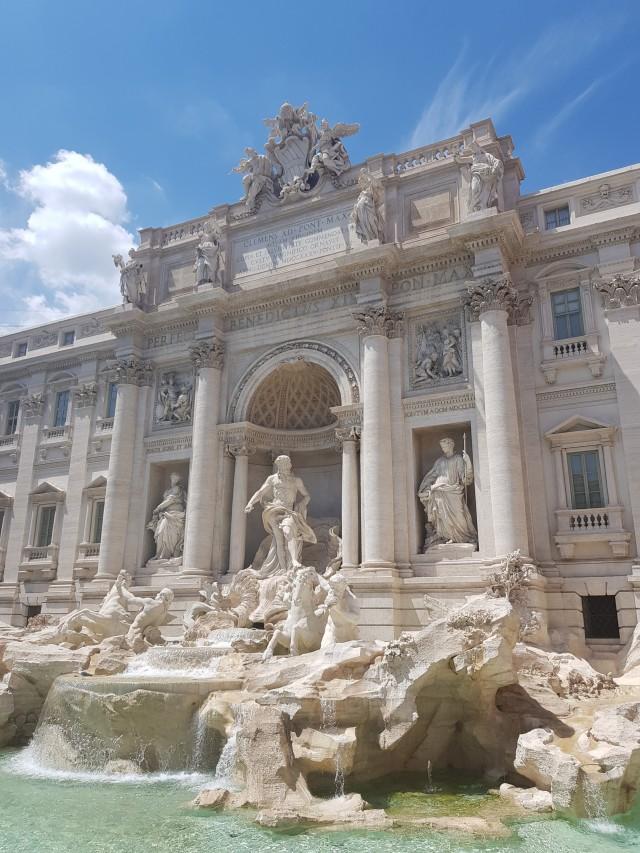 Der Trevi Brunnen im Herzen von Rom