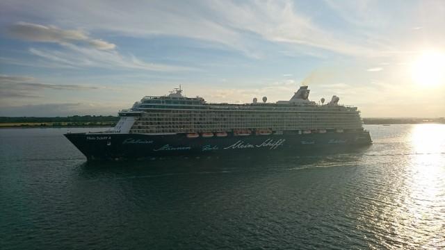 Mein Schiff 4 verlässt den Hafen von Southampton