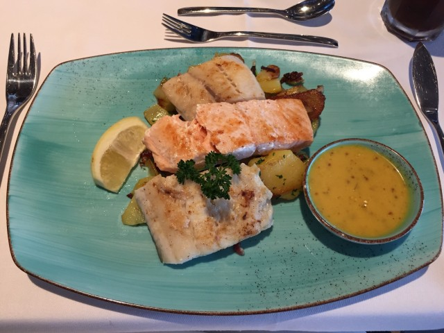 Hamburger Pannfisch im Oceans Restaurant auf der Nova