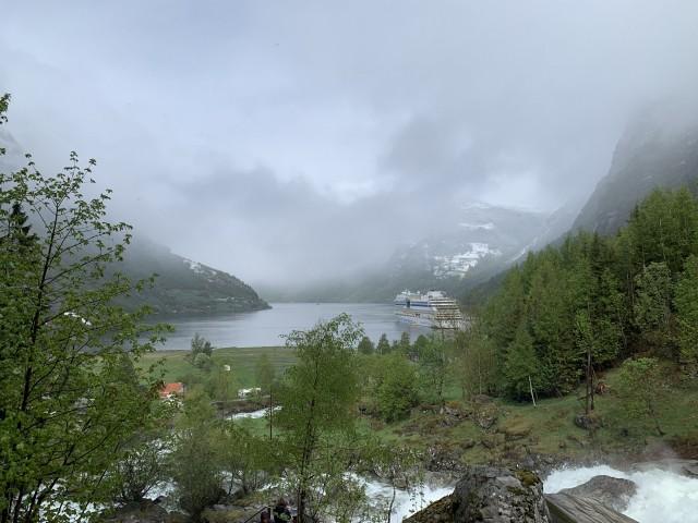 AIDAsol auf Reede im Geirangerfjord