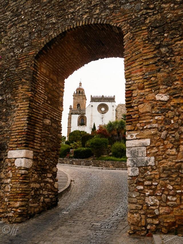 Drei Tore führen in die Altstadt, deren Stadtmauern nur noch teilweise erhalten sind. ~