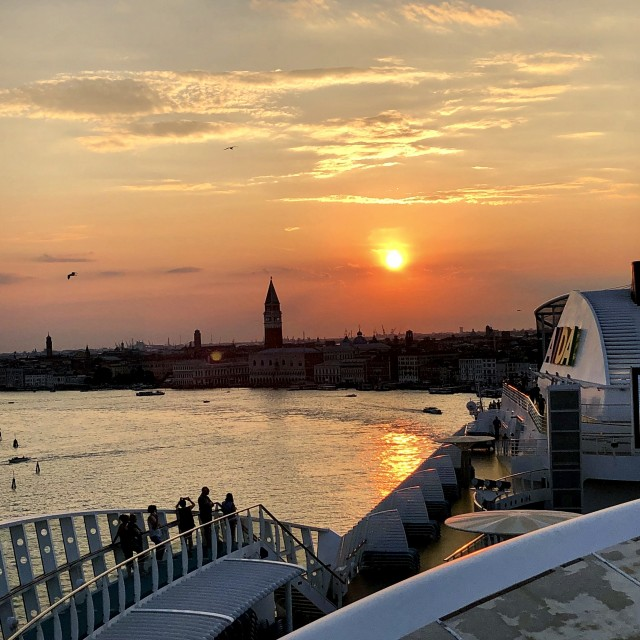 AIDAblu verlässt Venedig zum Sonnenuntergang