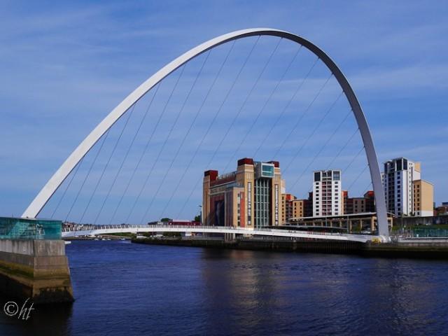 die Gateshead Millennium Bridge überspannt den River Tyne zwischen Newcastle und Gateshead