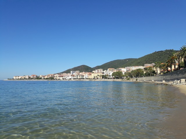 Mittelmeer in der Nähe des Hafens