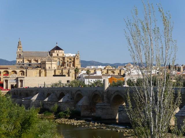 Die Puente Romano und die Kathedrale der spanischen Stadt Córdoba