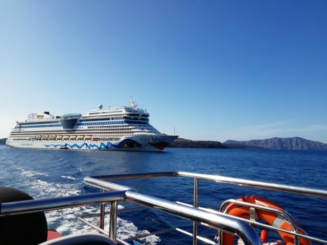 AIDAblu vor Santorini