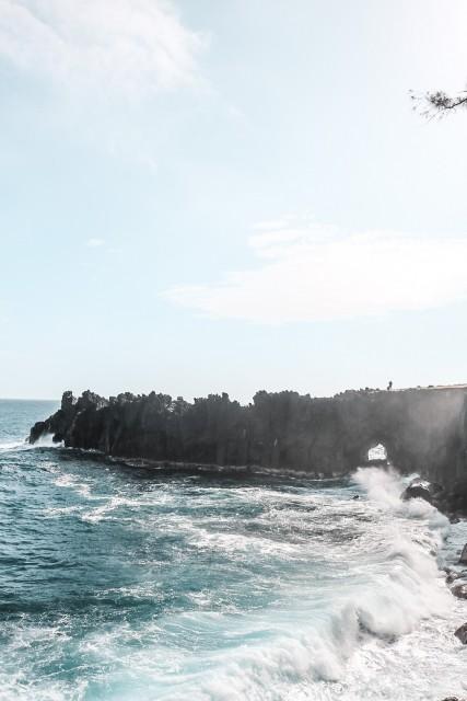 Tosende Wellen und ein Loch im Felsen...