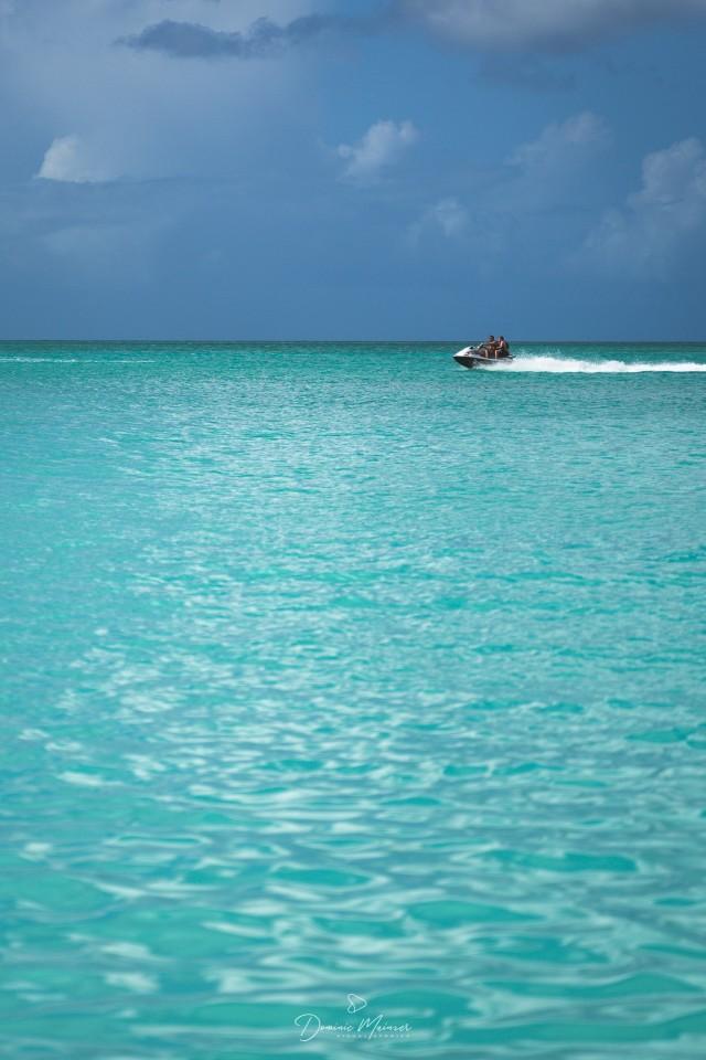 Jetski auf türkis-blauem Wasser