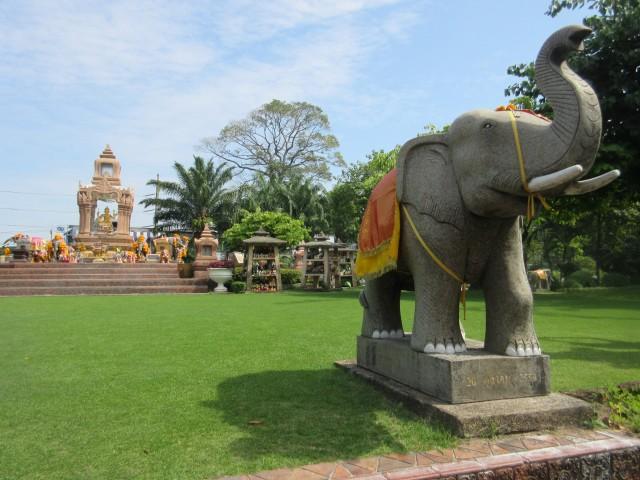 Nur ein Elefant, vor einer Buddah Statue...