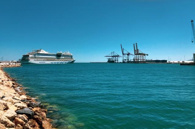 AIDAstella im Hafen von Málaga
