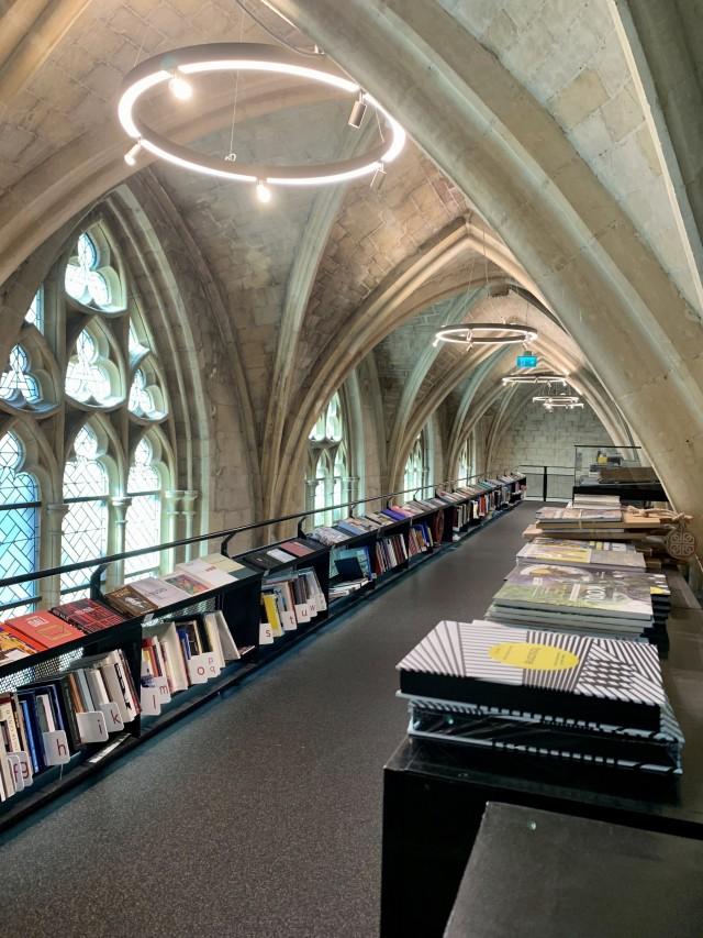 Buchladen in einer alten Kirche