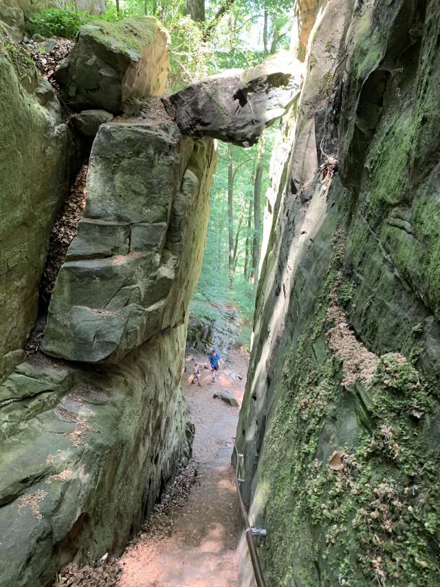 Wanderung durch hohe Felsen