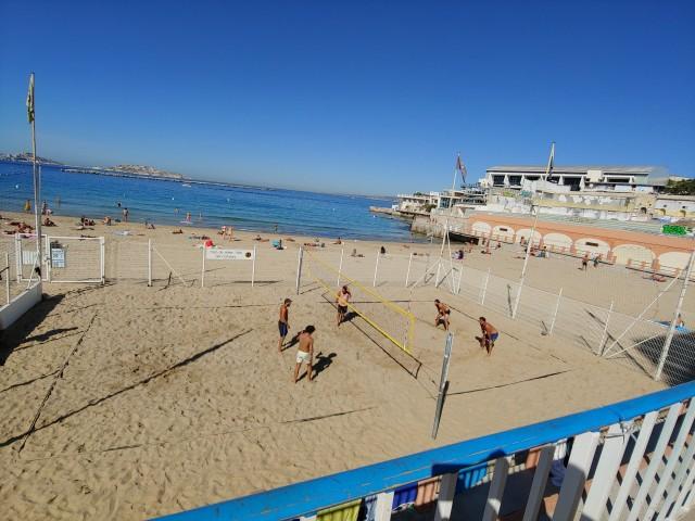 Strand von Marseille mit einem Beachvolleyball Platz
