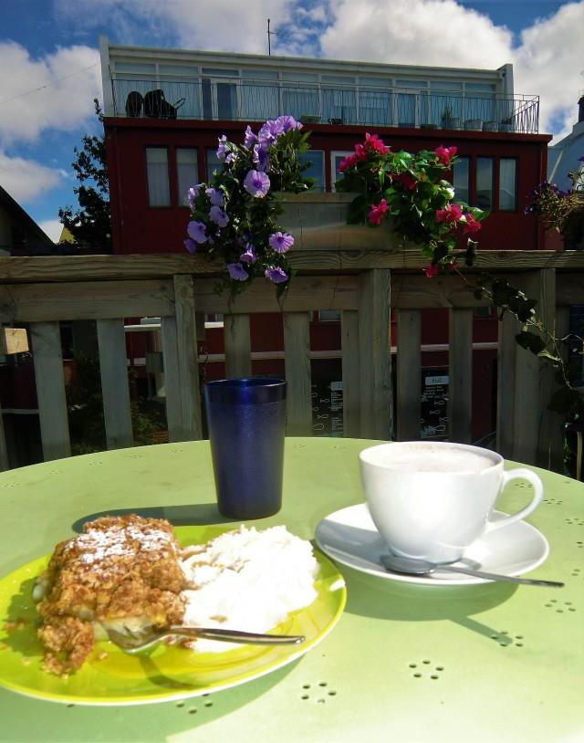 Kaffeepause auf einer Dachterrasse in Reykjavik