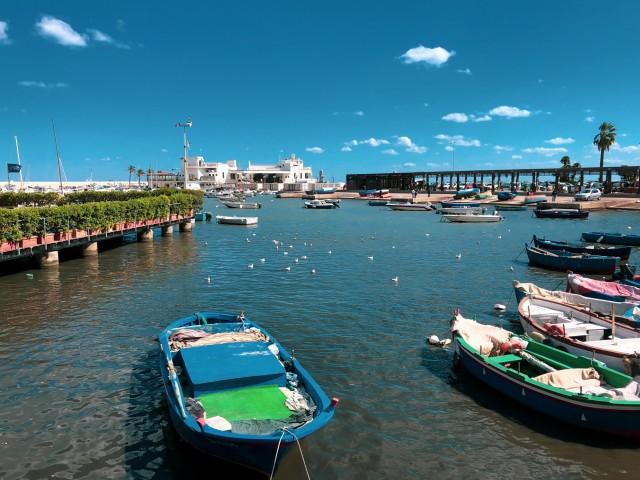 Kleine Fischerboote im Hafen