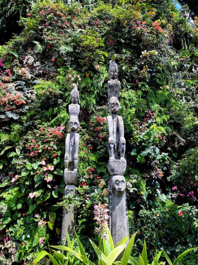 Lustige Kreaturen in den bis zu 35m hoch drapierten Pflanzen.