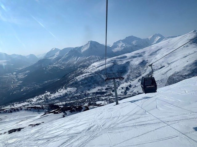 Per Gondel hoch ins Skiparadies