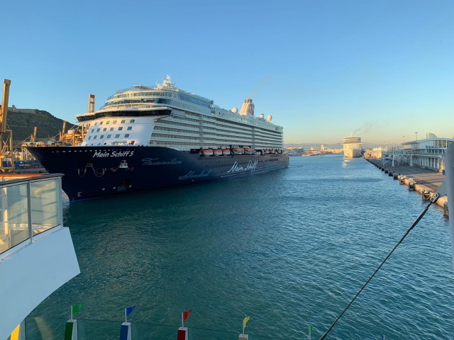 Mein Schiff 5 im Hafen von Barcelona