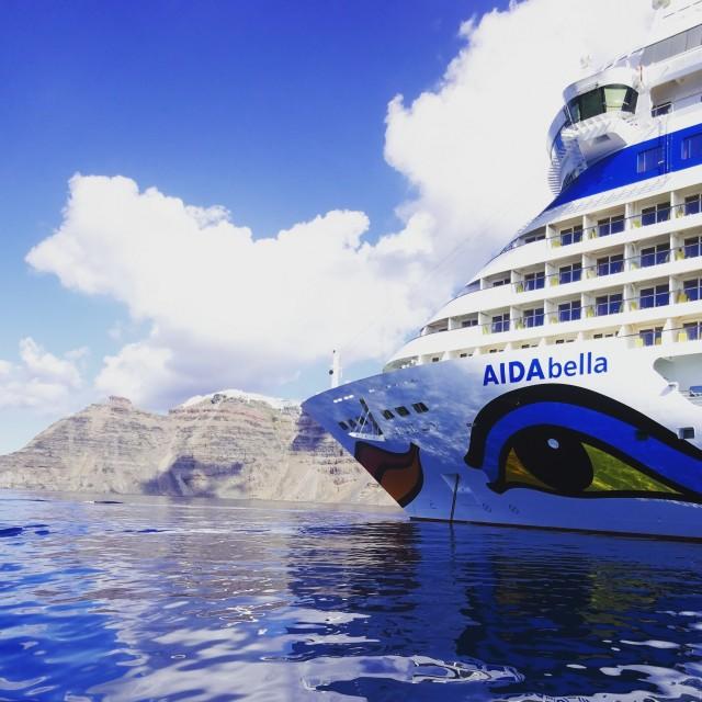 AIDAbella auf Reede vor Santorin