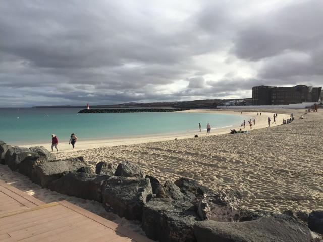 Strand direkt am Hafen