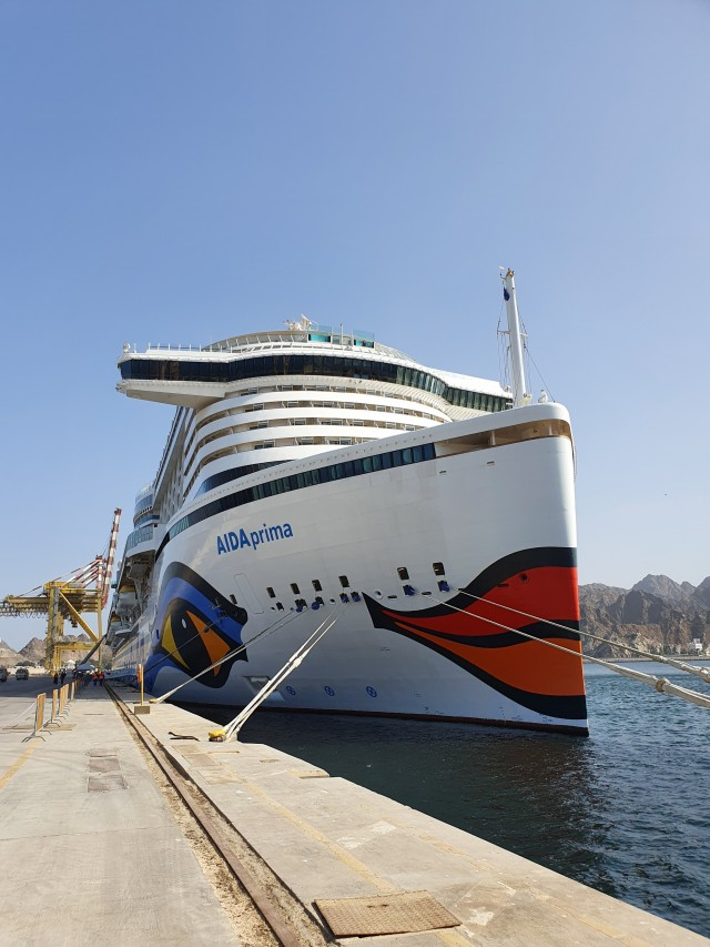 AIDAprima im Hafen von Muscat