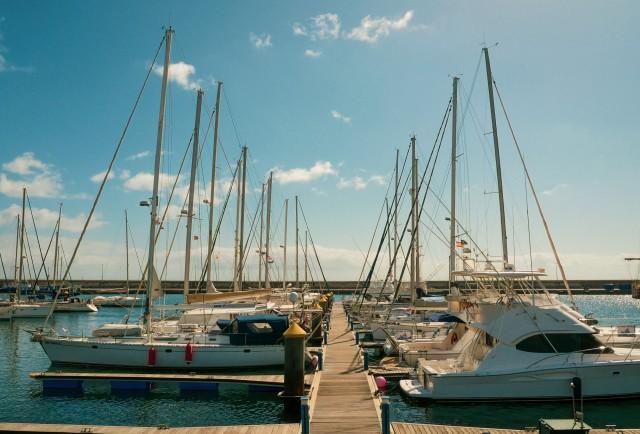 Segelboote und kleine Yachten im Hafen
