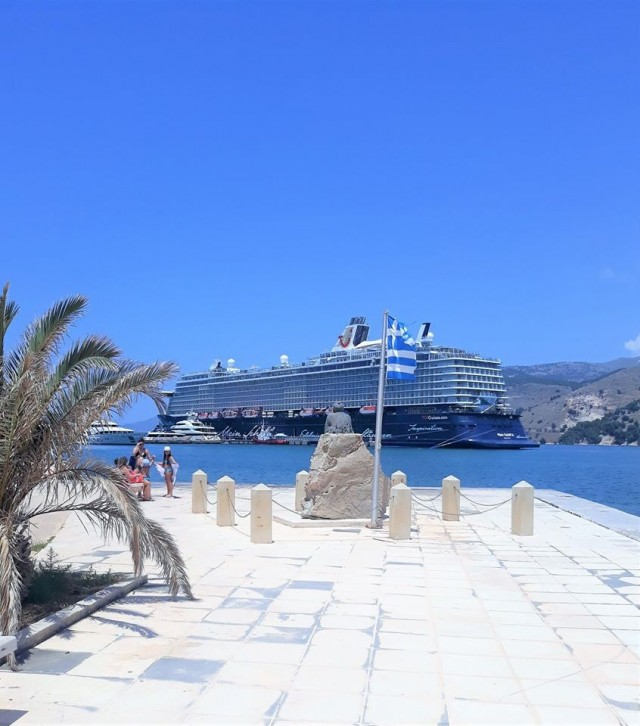 Mein Schiff 6 im Hafen von Argostoli
