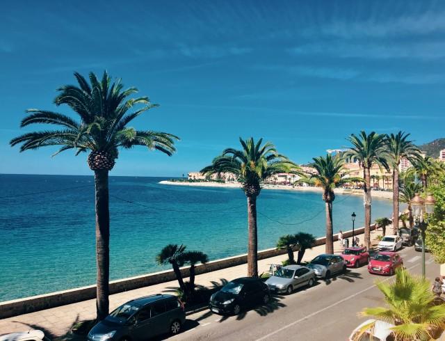 Palmen, Meer und Promenaden