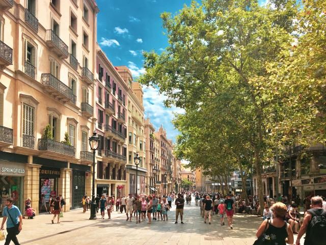 Die belebte Fußgängerzone La Rambla
