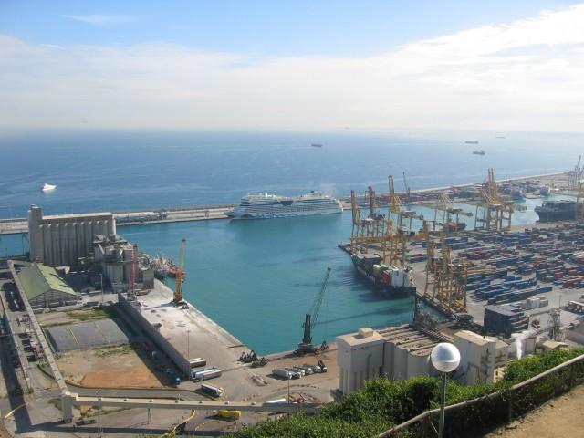 AIDAmar im Hafen von Barcelona