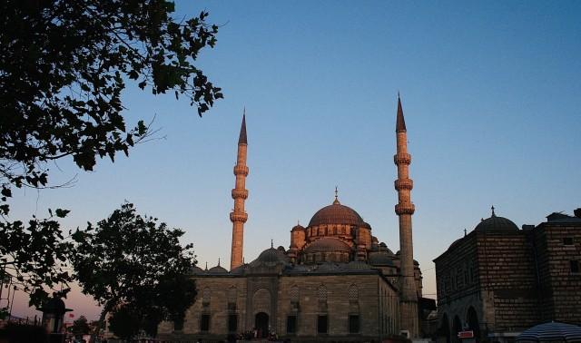 Eine Moschee im Abendlicht