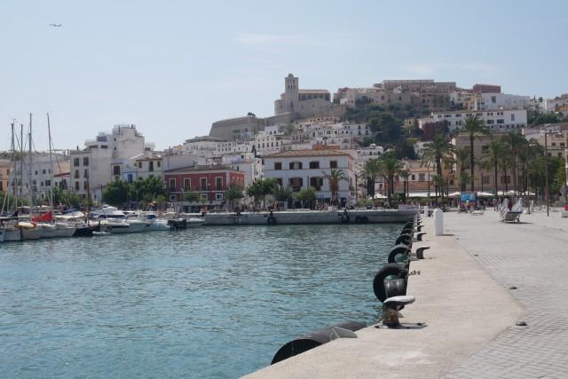 Blick vom Fährhafen auf Ibiza Stadt