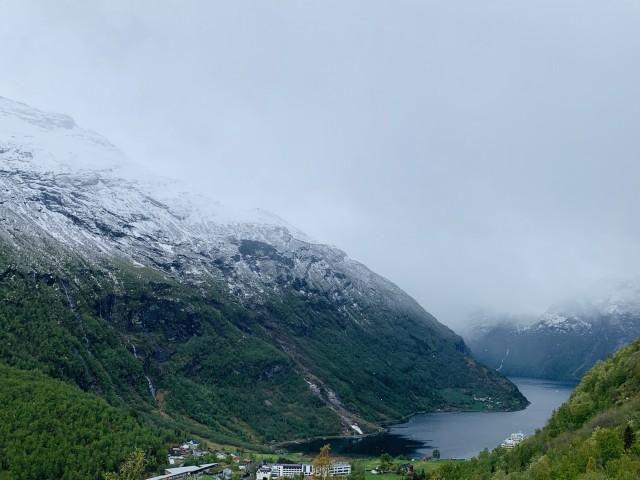 Schnee bedeckte Gipfel im Geirangerfjord