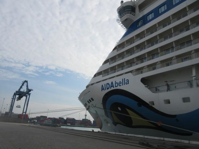 Da ist sie! AIDAbella im Hafen von Laem Chabang