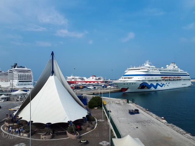 AIDAcara erwartet uns im Hafen von Bari umd uns nach Mallorca zu bringen