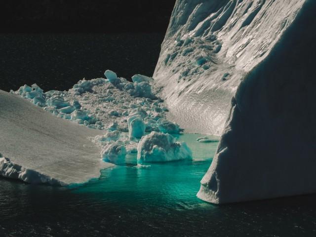 schmelzender Eisberg im Prins Christian Sund