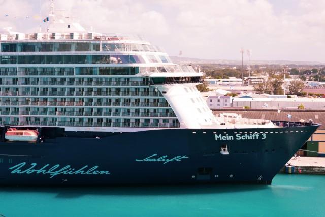 Mein Schiff 3 im Hafen von Barbados