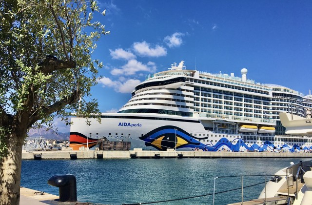 AIDAperla im Hafen von Ajaccio