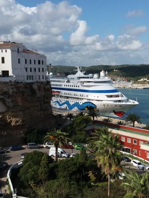 Blick auf die AidaCara im Hafen von Mahon