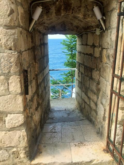 Blick durch die Stadtmauer zum Meer