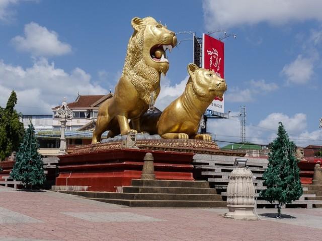 Kreisverkehr mit goldenen Löwen
