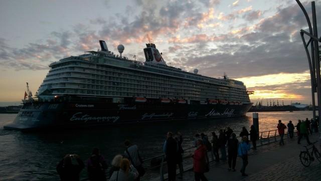 Mein Schiff 4 verlässt den Hamburger Hafen