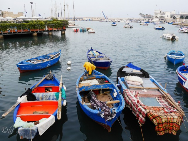 Da liegen sie im Hafen von Bari ...