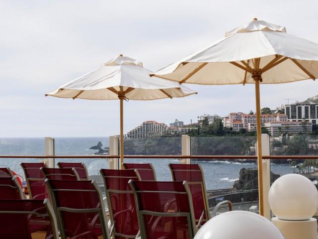 Liegestühle mit Blick auf Madeira