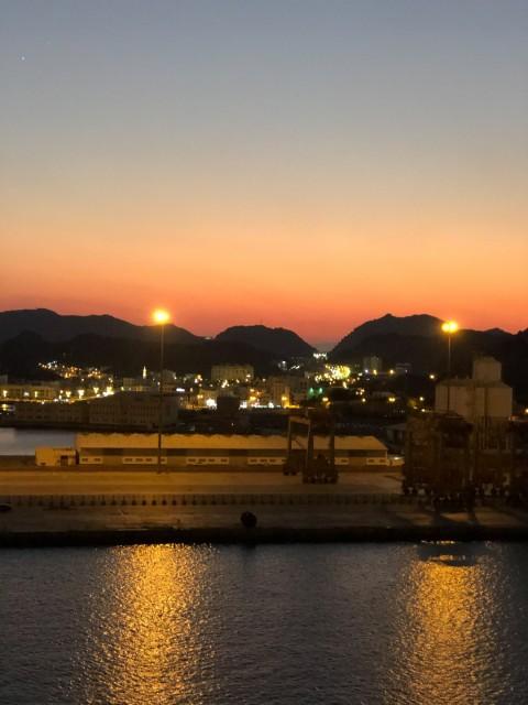 Aussicht am Abend auf den Hafen von Maskat